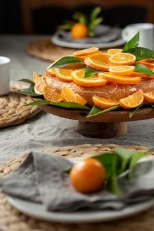 Wysoki kąt ciasta z plastrami pomarańczy