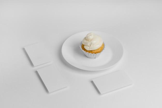 Wysoki kąt cupcake na talerzu z miejsca na kopię