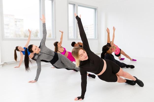 Wysoki kąt ćwiczeń fitness na macie