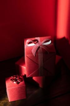 Wysoki kąt czerwonych prezentów świątecznych z wstążką