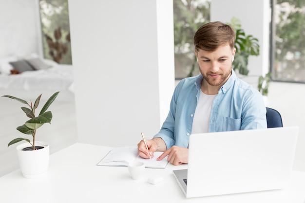 Wysoki kąt człowieka pisania w porządku obrad