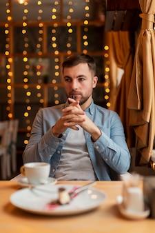 Wysoki kąt człowieka w restauracji myślenia