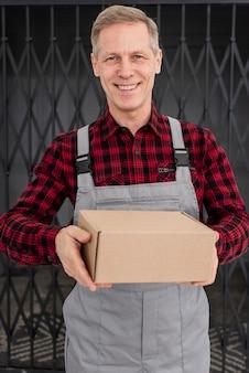 Wysoki kąt człowieka z pakietem
