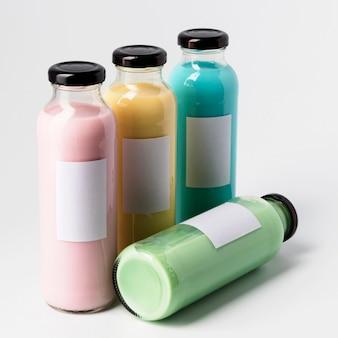 Wysoki kąt czterech kolorowych butelek soku