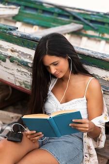 Wysoki kąt czytania książki dziewczyna