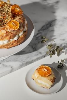 Wysoki kąt deseru święto trzech króli z suszonymi cytrusami