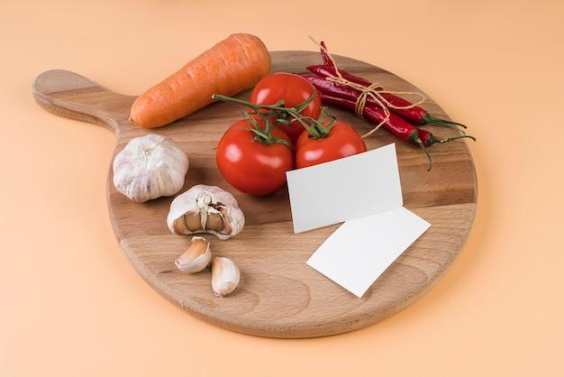 Wysoki kąt deski do krojenia z pomidorami i czosnkiem