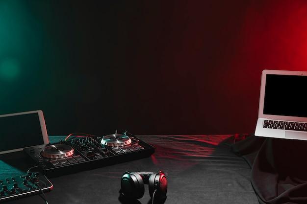 Wysoki kąt dj urządzeń elektronicznych na stole