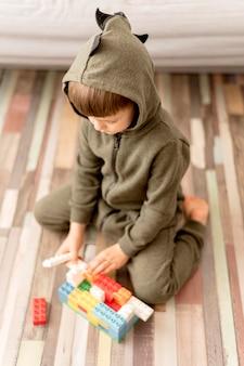 Wysoki kąt dziecko nosi kostium smoka