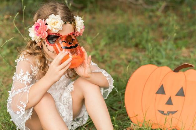Wysoki kąt dziewczyna z kostiumem na halloween