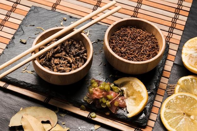 Wysoki kąt egzotycznych potraw w misach z patyczkami