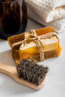 Wysoki kąt ekologicznych środków czyszczących z mydłem i szczotką