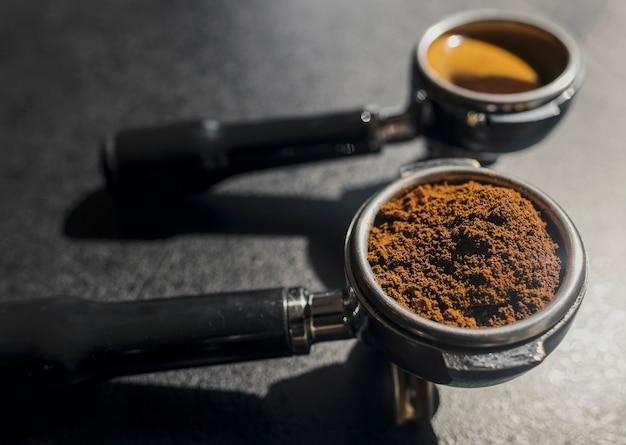 Wysoki kąt ekspresu do kawy i filiżanek