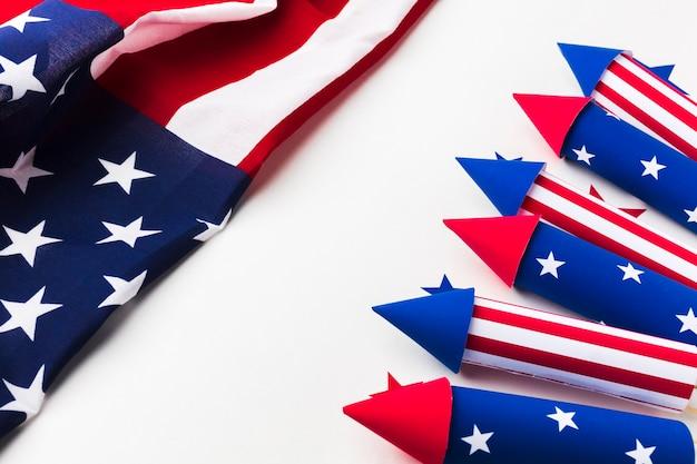 Wysoki kąt fajerwerków na dzień niepodległości z gwiazdami i amerykańską flagą