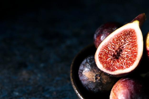 Wysoki kąt fig jesienią na talerzu z miejsca na kopię