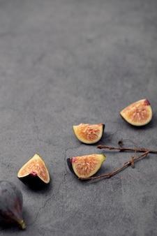 Wysoki kąt fig plastry z miejsca kopiowania