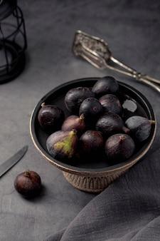 Wysoki kąt fig w misce z nożem