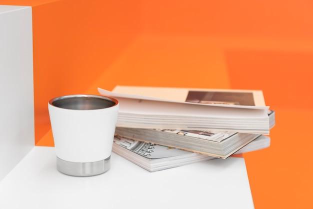 Wysoki kąt filiżanki kawy i książek w kawiarni