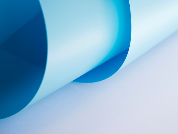 Wysoki kąt giętych kolorowych arkuszy papieru