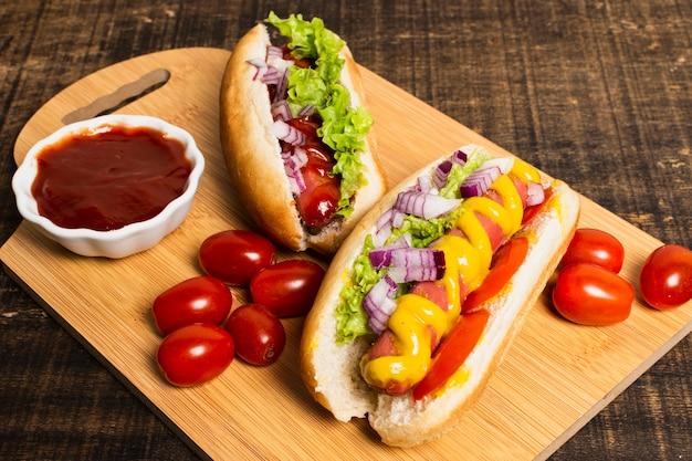 Wysoki kąt hotdogów na desce