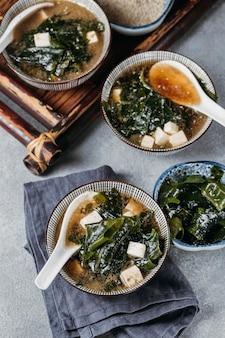 Wysoki kąt japońskie jedzenie w układzie miski