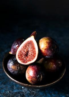 Wysoki kąt jesiennych fig na talerzu