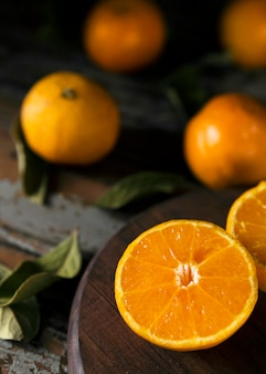 Wysoki kąt jesiennych połówek pomarańczy z liśćmi
