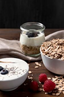 Wysoki kąt jogurtu z muesli i owocami