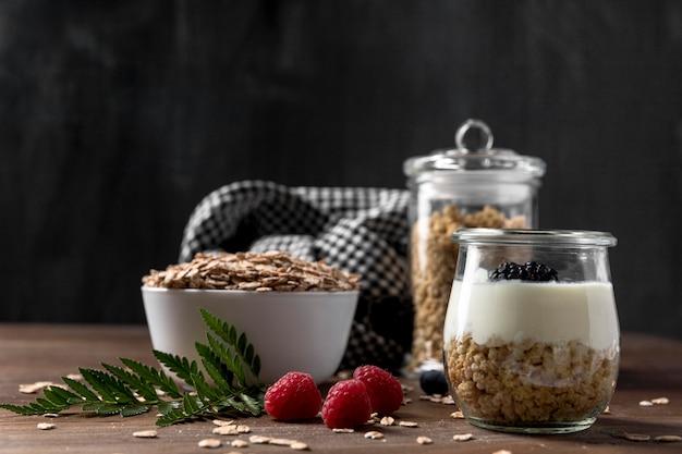 Wysoki kąt jogurtu ze zbożami muesli i owocami