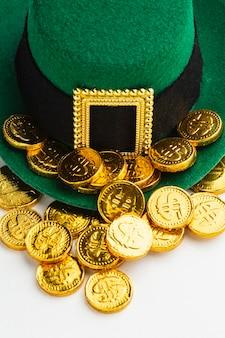 Wysoki kąt kapelusz krasnala i monety