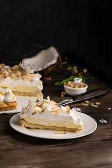 Wysoki kąt kawałek ciasta na talerzu