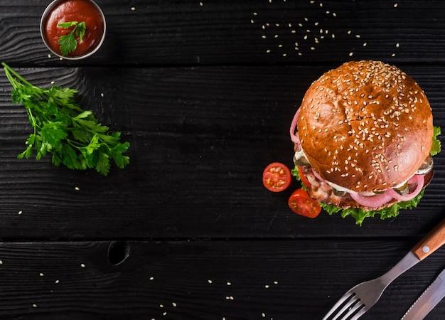 Wysoki kąt klasycznego burgera ze sztućcami