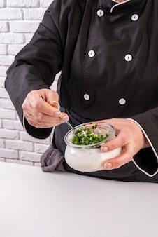 Wysoki kąt kobiet szefa kuchni mieszania składników