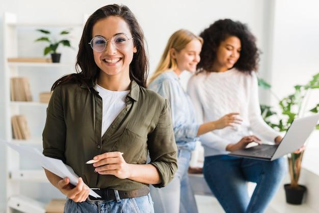 Wysoki kąt kobiet w pracy biurowej