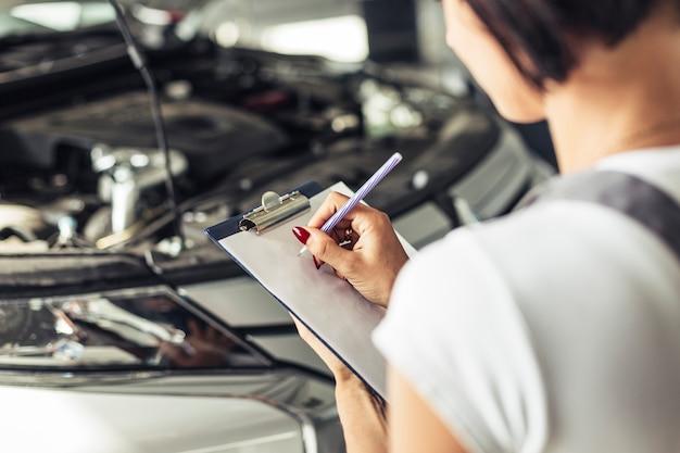 Wysoki kąt kobieta czuje formę samochodu usługi