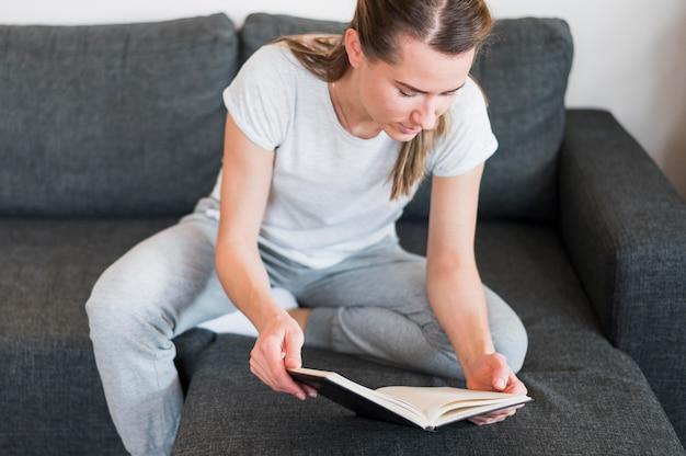 Wysoki kąt kobieta czyta książkę