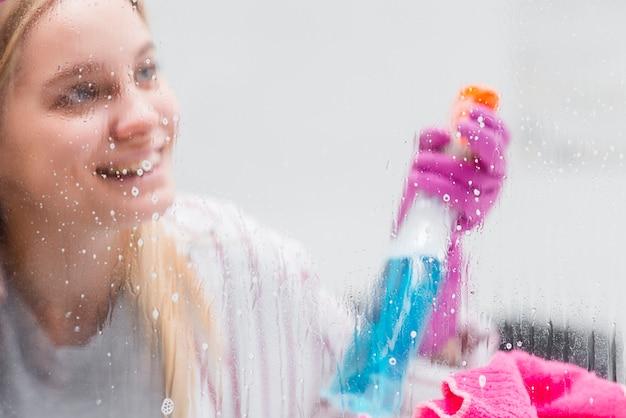 Wysoki kąt kobieta do czyszczenia okien