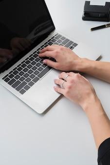 Wysoki kąt kobieta pracuje na laptopie