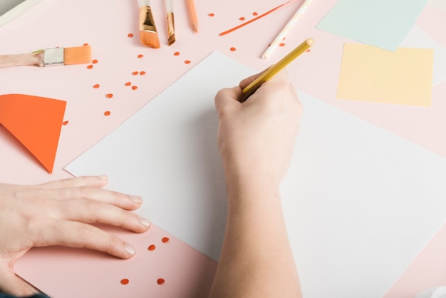Wysoki kąt kobieta rysunek z żółtym ołówkiem