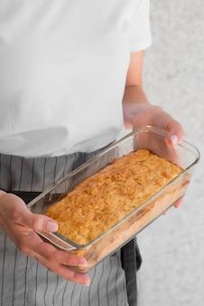 Wysoki kąt kobieta trzyma foremkę do ciasta