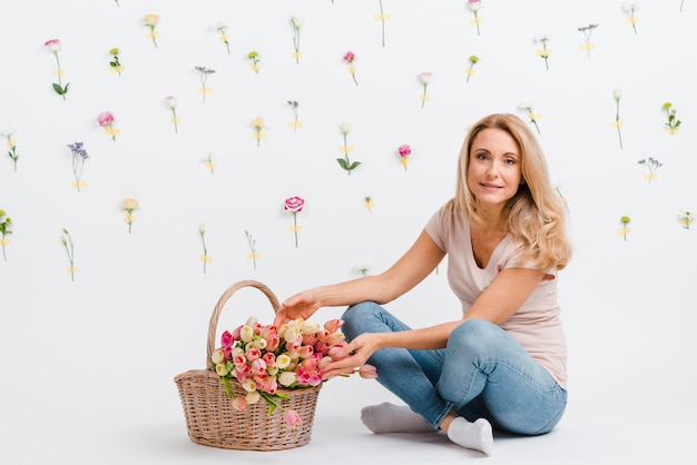 Wysoki kąt kobieta z koszem kwiatów