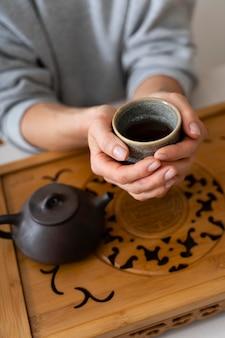 Wysoki kąt kobiety trzymającej filiżankę herbaty
