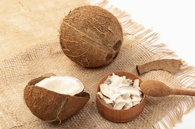 Wysoki kąt kokosa na płótnie z łyżką