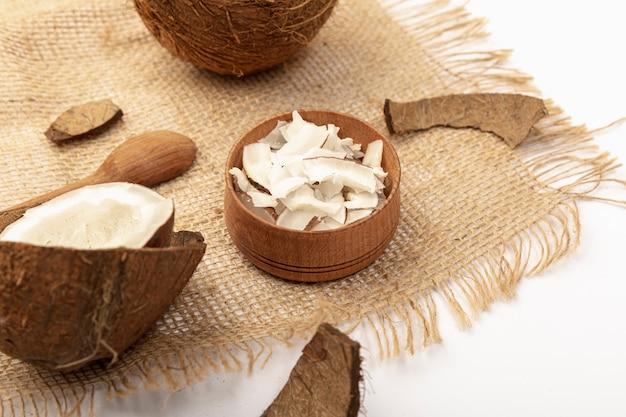 Wysoki kąt kokosa z łyżką i konopie