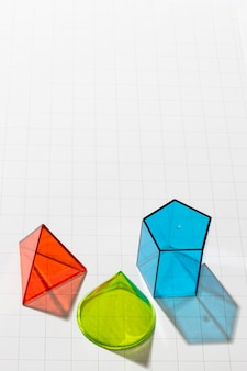 Wysoki kąt kolorowych form geometrycznych z miejscem na kopię