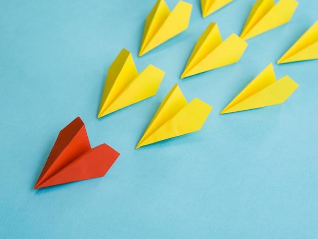 Wysoki kąt kolorowych papierowych samolotów