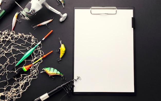 Wysoki kąt kolorowych przynęt wędkarskich z notatnikiem i siatką