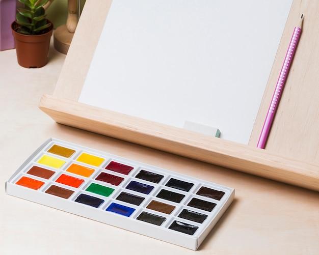Wysoki kąt koncepcji biurka z farbą i miejsca na kopię