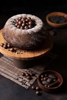 Wysoki kąt koncepcji pyszne ciasto czekoladowe