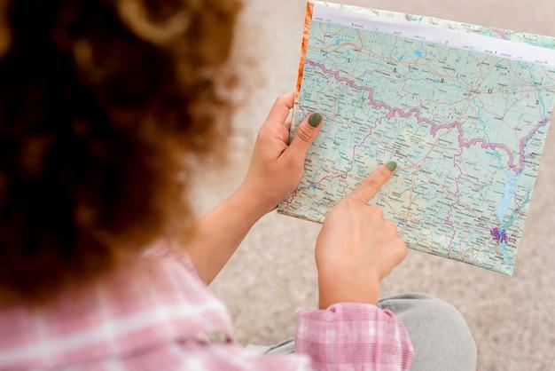 Wysoki kąt kręcone kobieta sprawdza jej mapę